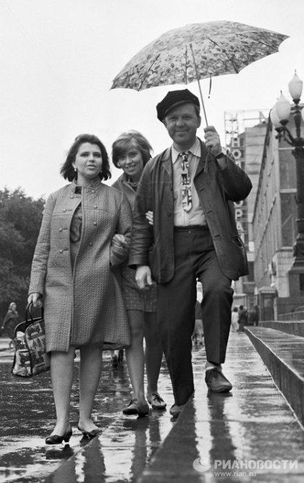 Олег Попов с женой Александрой и дочерью Ольгой, 1968 год. / Фото: www.ria.ru