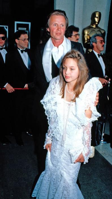 Джон Войт с дочерью Анджелиной Джоли на красной дорожке.  / Фото: www.facebook.com