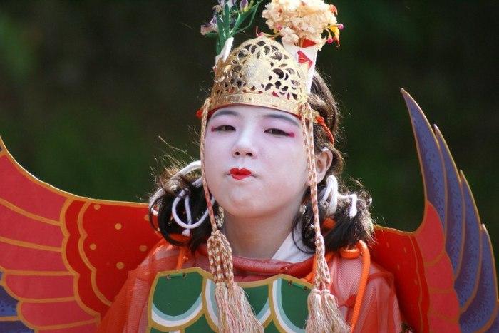 Местные жители считают недопустимым приходить на парад без национального костюма, исключение составляют только иностранные туристы. / Фото: www.sakura-house.com