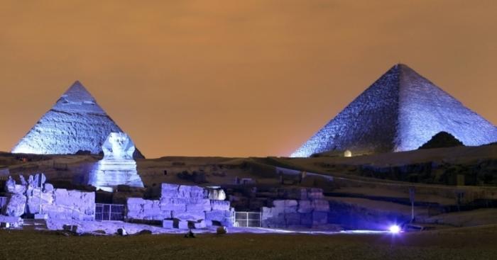 Pirâmides à noite.  / Foto: www.newizv.ru