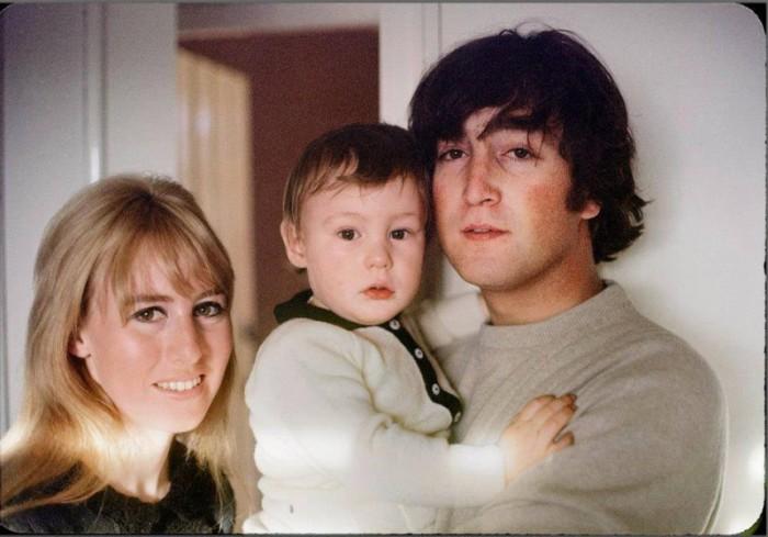 Джон и Синтия Леннон с сыном Джулианом. / Фото: www.vesti.az