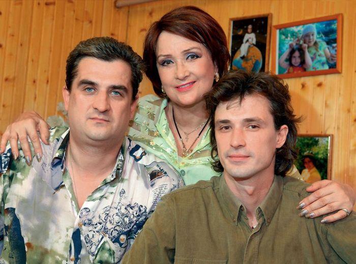 Зинаида Кириенко с сыновьями. / Фото: www.7days.ru