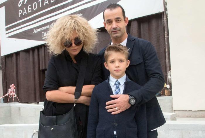 Дмитрий Певцов и Ольга Дроздова с сыном Елисеем. / Фото: www.aloha-plus.ru