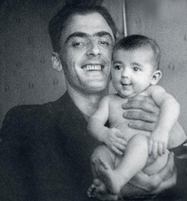 Сергей Боярский с маленьким Мишей на руках. / Фото: www.7days.ru