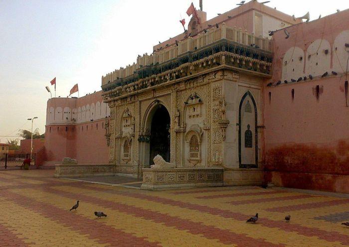 Храм Карни Мата расположен в 30 километрах от города Биканер. / Фото: www.indiamike.com