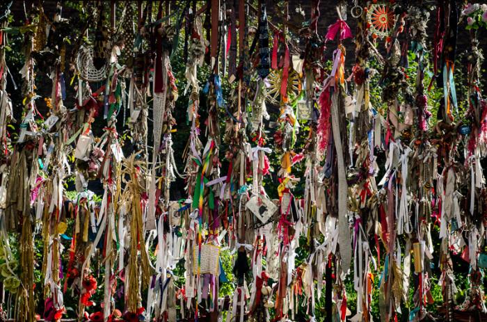 На каждой ленточке написано имя упокоенного на кладбище человека. / Фото: www.curiouslondonguide.com