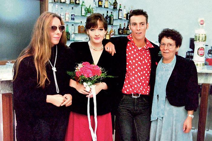 В день бракосочетания с Хорхе Арантесом, его матерью и сестрой. / Фото: www.7days.ru
