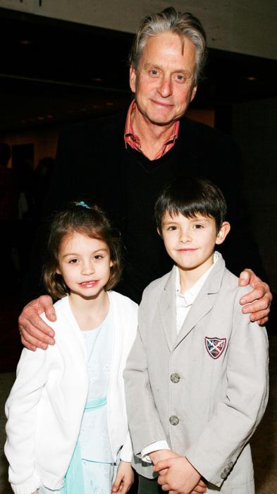 Майкл Дуглас с детьми. / Фото: www.govoru.com