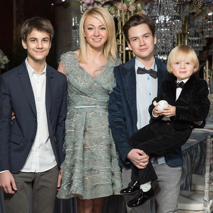 Яна Рудковская с сыновьями Андреем, Николаем, Александром. / Фото: www.mamaplus.md
