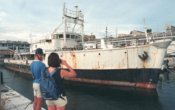 Легендарное судно «Калипсо» до сих пор ещё не восстановлено. Фото сделано в 1997 году. / Фото: www.newtimes.ru