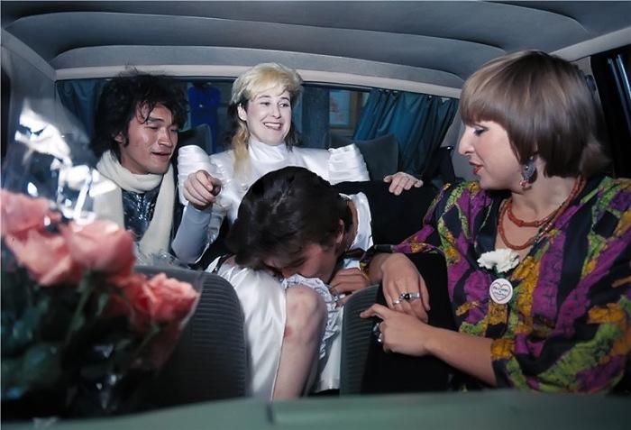 Свадьба Джоанн Стингрей и Юрия Каспаряна. Слева от молодоженов Виктор Цой. / Фото: www.livejournal.com