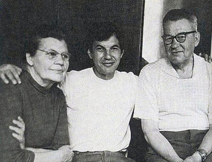 Георгий Бурков с родителями. / Фото: www.ladoshki.ch