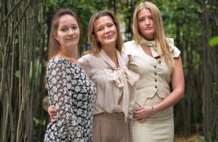Елена Проклова и две её дочери, Арина и Полина. / Фото: www.love-psy.ru