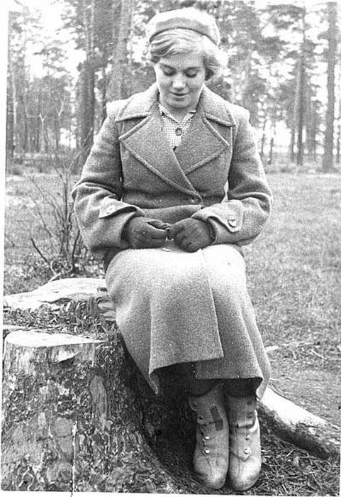 Прототипом самой первой «Девушки с веслом» стала Вера Волошина, простая советская девушка, повешенная фашистами во время войны. Она входила в состав группы Зои Космодемьянской.