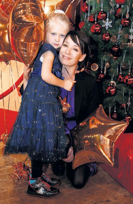 Чулпан Хаматова с младшей дочерью Ией. / Фото: www.eg.ru
