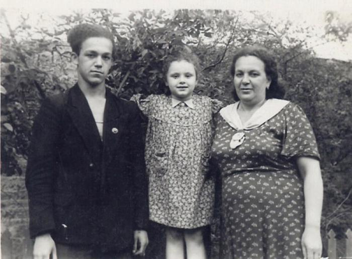 Молодой Иосиф Кобзон с мамой и младшей сестрой. / Фото: www.kontrakty.ua