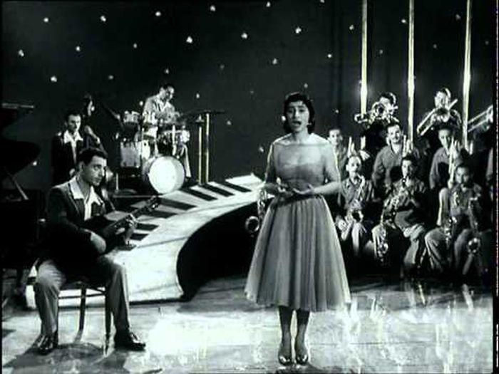 Нани Брегвадзе в юности на сцене. / Фото: www.ytimg.com