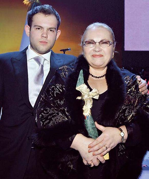Нина Усатова с сыном. / Фото: www.stuki-druki.com