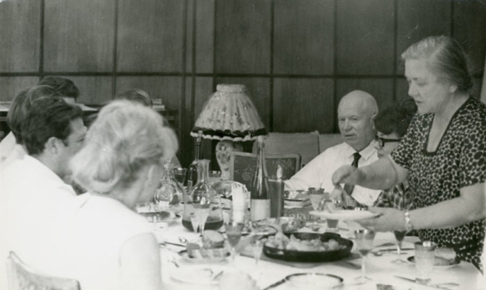 Хрущёв во время застолья в кругу семьи. / Фото: www.rusarchives.ru