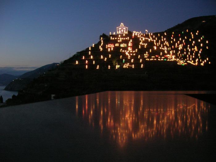 Рождественский вертеп в Манароле - удивительное по красоте зрелище. / Фото: www.homeinitaly.com
