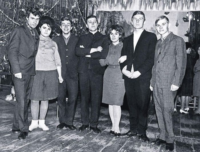 Владимир Гостюхин (второй справа) с Натальей. / Фото: www.7days.ru