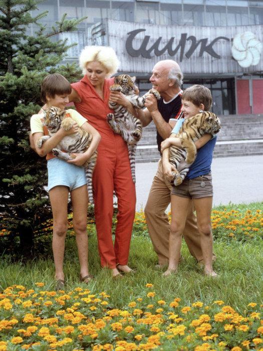 Эдгар, Татьяна, Вальтер и Аскольд Запашные около здания Новокузнецкого государственного цирка. / Фото: www.ria.ru
