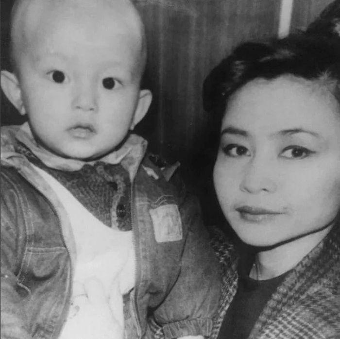 Роза Рымбаева с сыном Али. / Фото: www.onthe.io