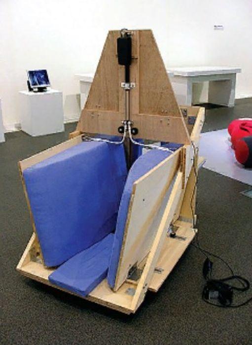 Обнимательная машинка, изобретённая Мэри Темпл Грандин. / Фото: www.neuronews.com.ua