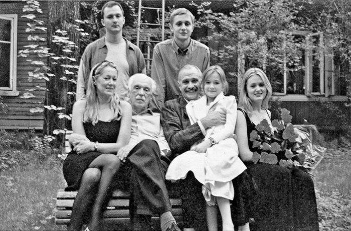 Семья Михалковых возле старого дома на Николиной Горе. 1990-е гг.. / Фото: www.rutlib2.com