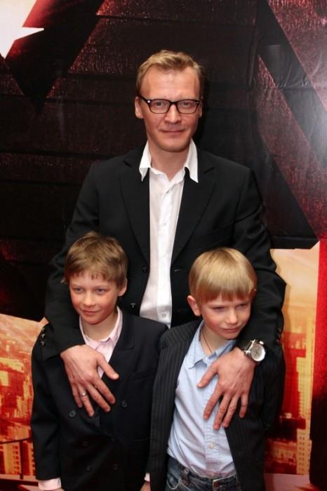 Алексей Серебряков с сыновьями. / Фото: www.goodhouse.ru