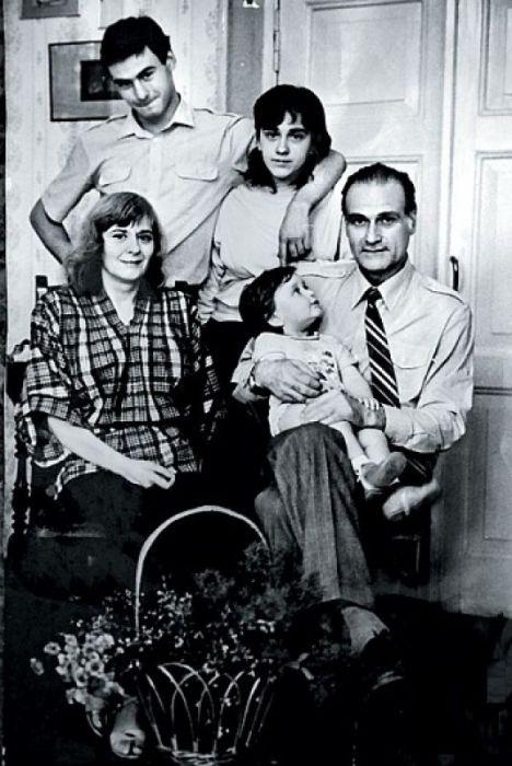 Кахи Кавсадзе и Белла Мирианашвили с сыном Ираклием, дочерью Беллы от первого брака Наной и внуком Иракли, 1985 год. / Фото: www.tele.ru