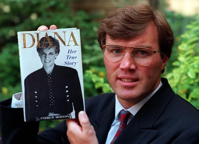 Эндрю Мортон с книгой «Диана. Ее истинная история». / Фото: www.pressassociation.io