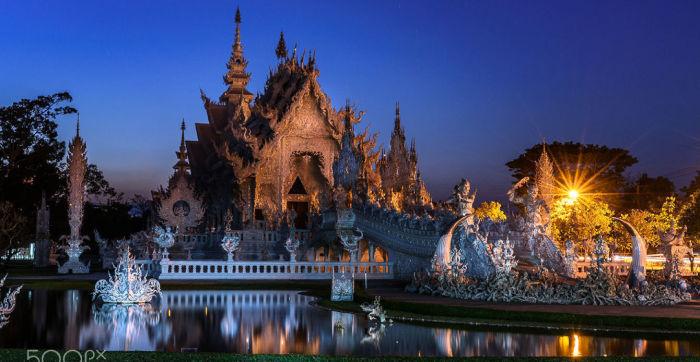 Wat Rong Khun в ночном свете. / Фото: www.advisor.travel