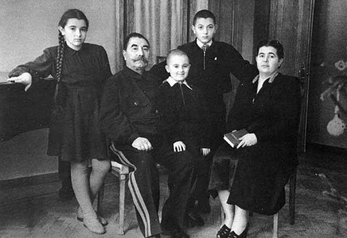 Семён и Мария Будённые с детьми. / Фото: www.regnum.ru