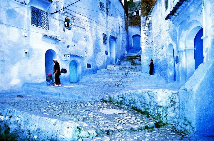 Даже дороги в старой части города здесь выкрашены в голубой цвет. / Фото: www.orangesmile.com