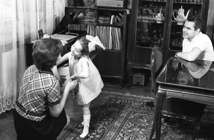 Валентина Терешкова с Андрияном Николаевым и дочерью Леной, 1970 год. / Фото: www.1tvnet.ru