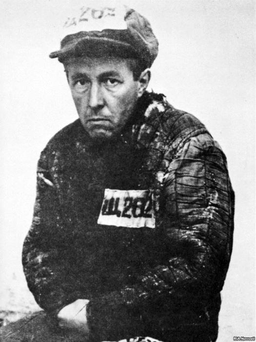 Александр Солженицын в ватнике с лагерными номерами. / Фото: www.gruppa-z.ru