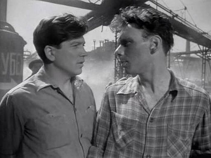 Валентин Зубков и Алексей Баталов, кадр из фильма «Летят журавли». / Фото: www.kino-teatr.com