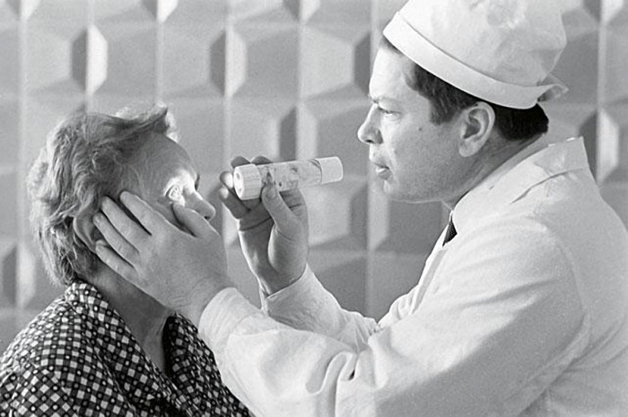 Святослав Фёдоров осматривает пациентку, 1968 г. / Фото: www.itogi.ru