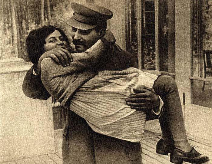 Светлана Аллилуева на руках у отца. / Фото: www.zagopod.com