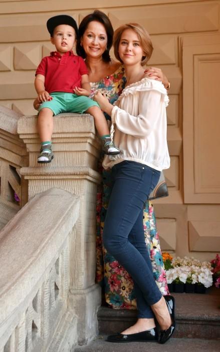 Ольга Кабо с сыном и дочерью. / Фото: www.woman.ru