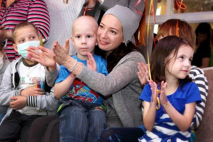 Чулпан Хаматова с онкобольными детьми. / Фото: www.vk.me