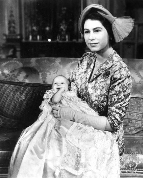 Принцесса Анна на руках у матери в день крестин. Октябрь 1950. / Фото: www.nbcnews.com
