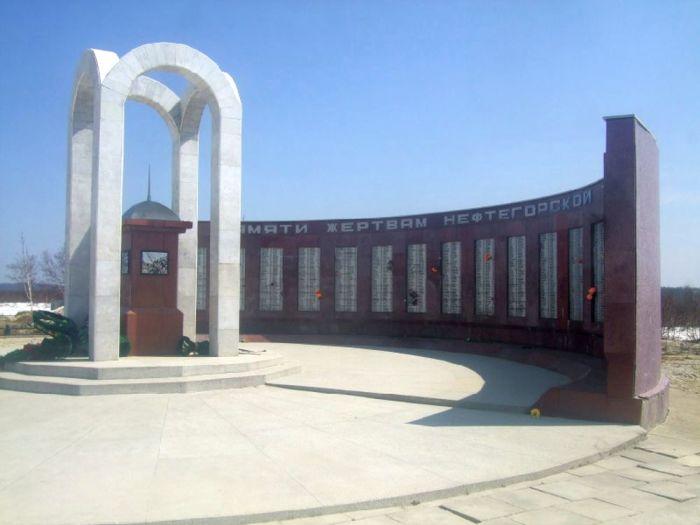 Мемориал в Нефтегорске. / Фото: www.debri-dv.com