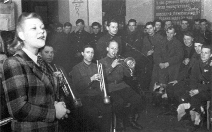 Клавдия Шульженко выступает перед бойцами Ленинградского фронта, 1941 год. / Фото: www.gazeta-na-varshavke-chertanovocentr.ru