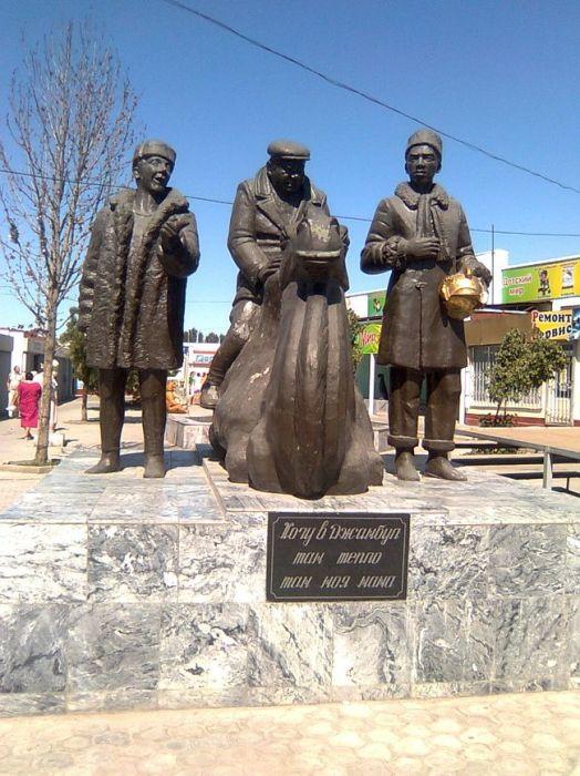 Памятник героям фильма «Джентльмены удачи» в Казахстане. / Фото: www.orkenegro.files.wordpress.com