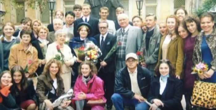 Юрий и Ольга Соломины со студентами Щепкинского училища. / Фото: семейный архив