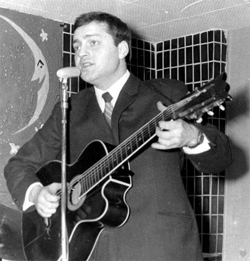 Сергей на свадьбе исполняет песню в подарок Татьяне, 23 января 1968 года. / Фото: www.sergeytatiananikitiny.com