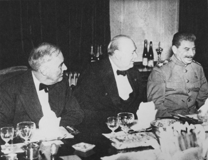 И.В. Сталин, У. Черчилль и Ф. Рузвельт на банкете во время Ялтинской конференции. / Фото: www.defence.ru