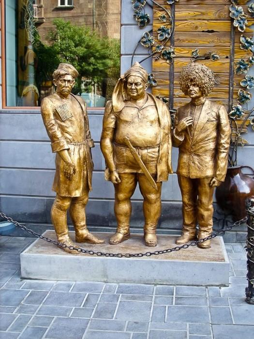 Памятник Трусу, Балбесу и Бывалому в Ереване. / Фото: www.yaplakal.com
